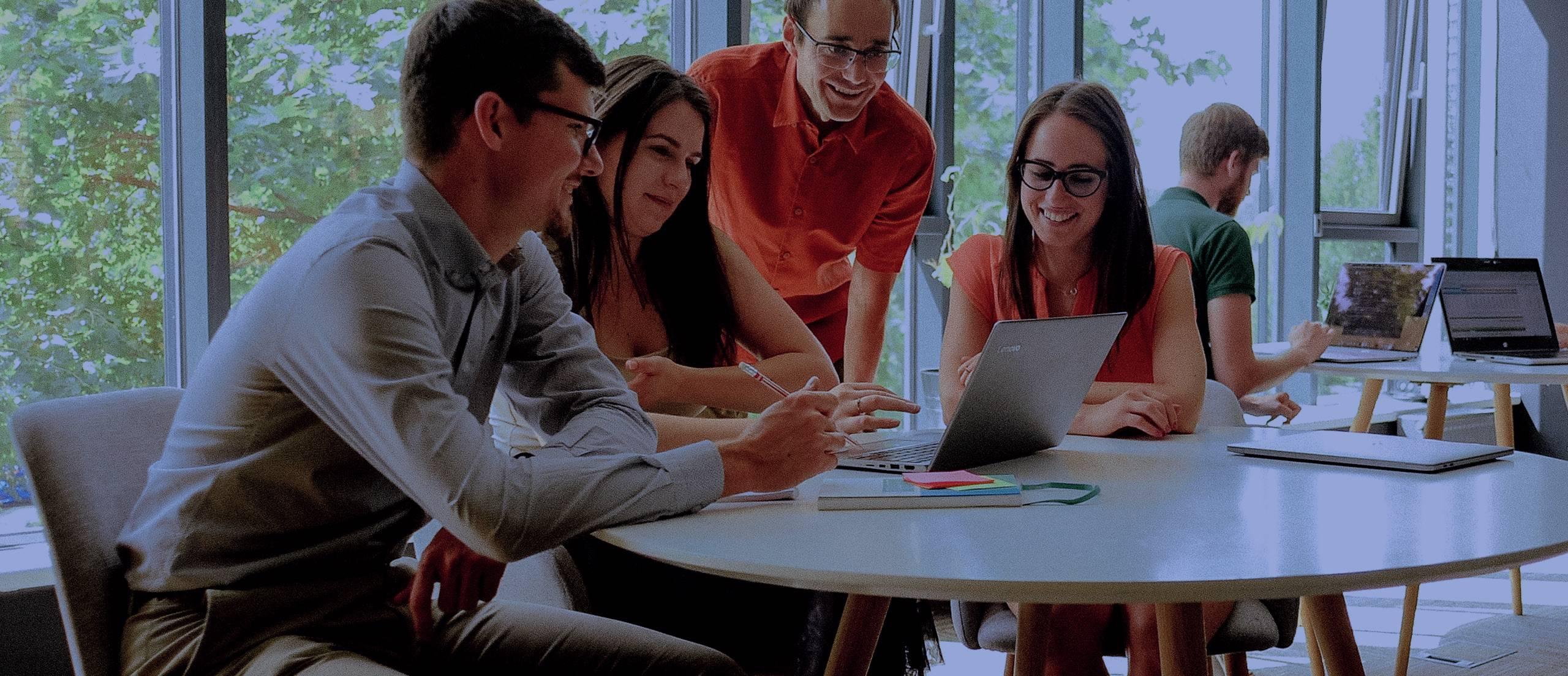 Ilustrační obrázek s textem - Jsme vývojáři, projekťáci, konzultanti, testeři, analytici, uxáci, designéři...